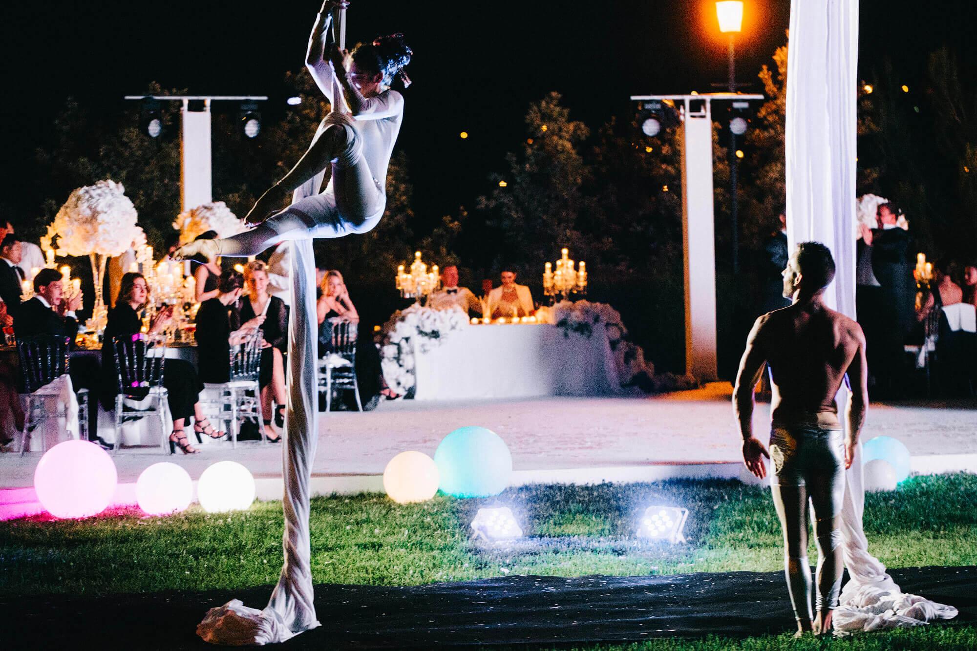 Шоу воздушных гимнастов на свадьбе во Франции