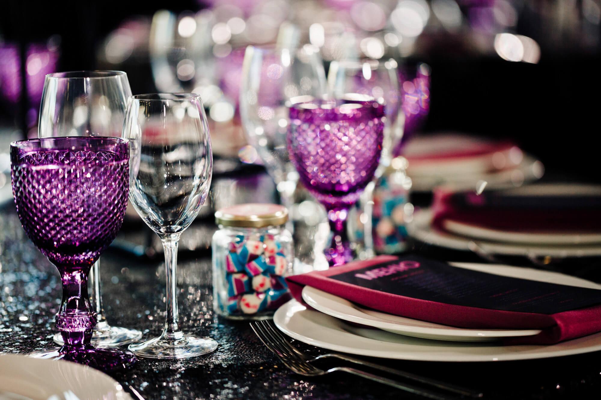 Сервировка стола. Неоновый декор. Свадебное оформление