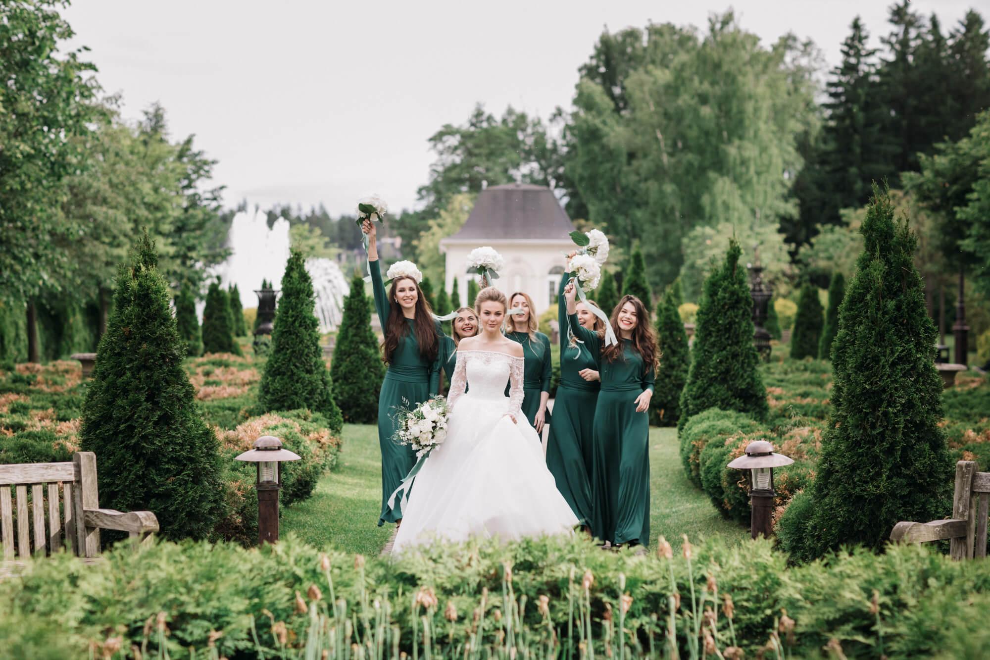 Подружки невесты в изумрудных платьях