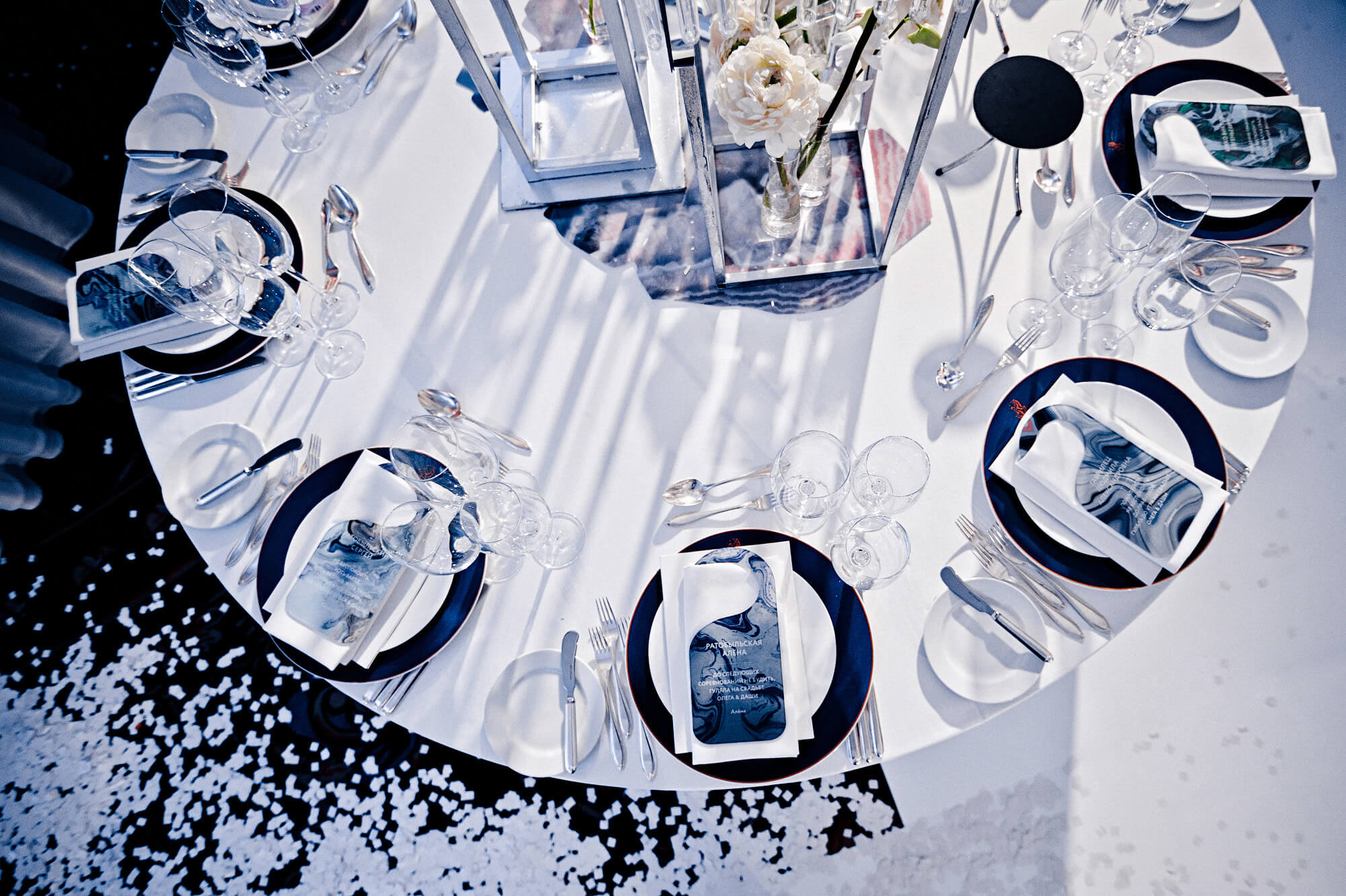 Сервировка стола на зимнюю свадьбу Ритц Карлтон